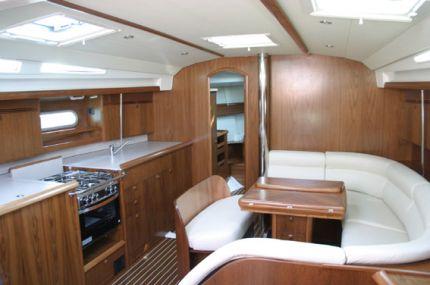 Elite sailing noleggio barche a vela charter yacht sun for Arredo barche